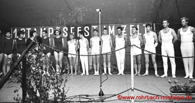 1968 Die Männer und Frauenriege des TV 66 präsentieren sich beim 1. Stampesfest des Sportverein Rohrbach im Festzelt