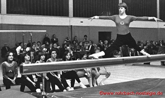 1976 Beim Nikolausturnen des Vereins turnt Christine Oberhauser am Schwebebalken