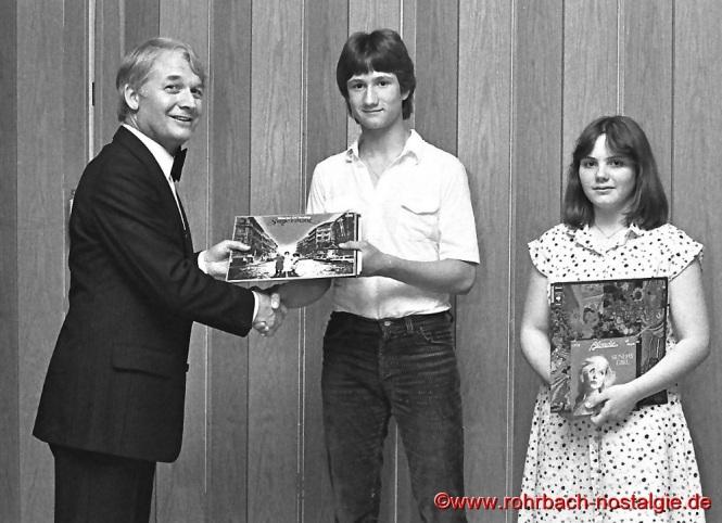 1979 Abteilungsleiter Ski-Abtelungsleiter Paul Fuß gratuliert Gerald Hussong zur Saarlandmeisterschaft bei der Jugend und Ulrike Hoch zur Saarlandmeisterschaft bei den Schülerinnen
