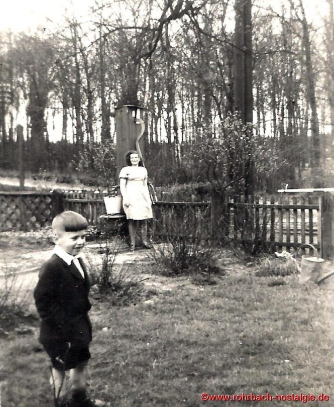 Im Hintergrund der Brunnen der Familie Bergsträßer am Bahnwärterhaus in der Au. Mit auf dem Foto die Geschwister von Herbert, Ursula und Hansi
