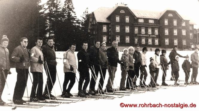 1971 Die neugegründete Skiabteilung des TV 66 bei ihrer ersten Wochenendfahrt nach Sand im Nordschwarzwald