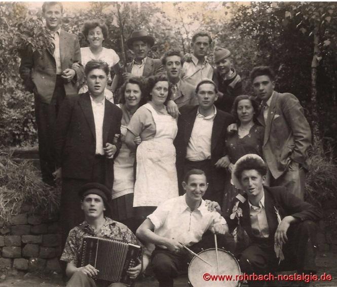 """1953 Kirmesgesellschaft in der spieserstraße neben """"Platte's Wirtschaft (Gasthaus Rohe)"""