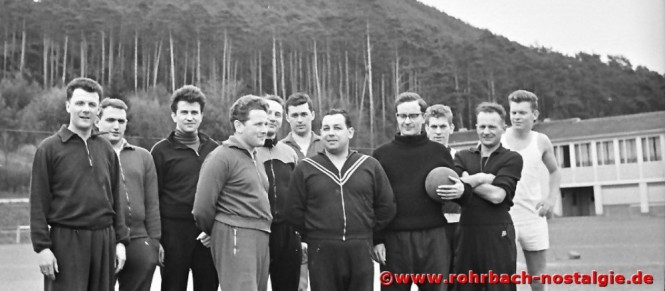 1964 Die Faustballmannschaft der Lehrer der Johannesschule in Hauenstein. Auf dem Foto 2. von links Walter Stolz, daneben Theo Theis, Hans Bleif, Kurt Wachall, Albert Senzig, Kaplan Hermann Wey, daneben Ludwig Schmitt (3. von rechts)