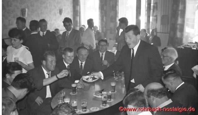 1965 Die Bierkehlchen bringen beim Frühschoppen im Gasthaus Zur Post (Glasersch) am Kirmessonntag ein Ständchen. Albert Knoch bittet um eine kleine Spende