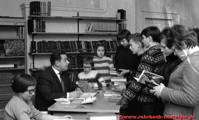 Anfang der 60er Jahre - Albert Senzig in der Gemeindebücherei in der Wiesentalschule