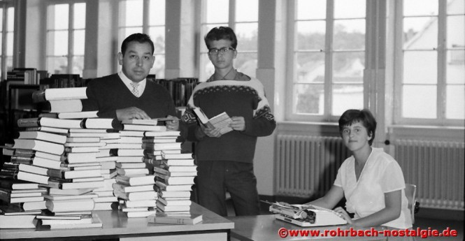 Anfang der 60er Jahre - Albert Senzig mit seinen Helfern Gerhard und Therese Hübgen in der Gemeindebücherei in der Wiesentalschule