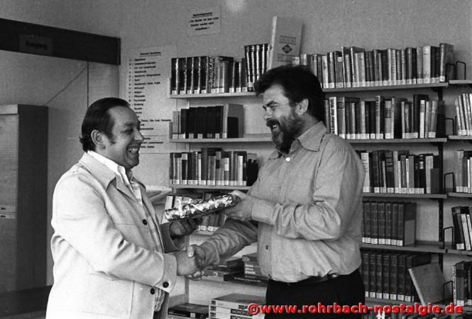 1978 Albert Senzig wird für 25-jährige Tätigkeit in der Gemeinde- und Stadtbücherei von Diplom-Bibliothekar Sandmeyer geehrt