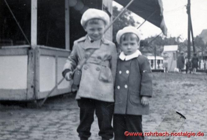 Um 1955 Die Kinder Michael und Helmut Hooß auf dem Kirmesplatz