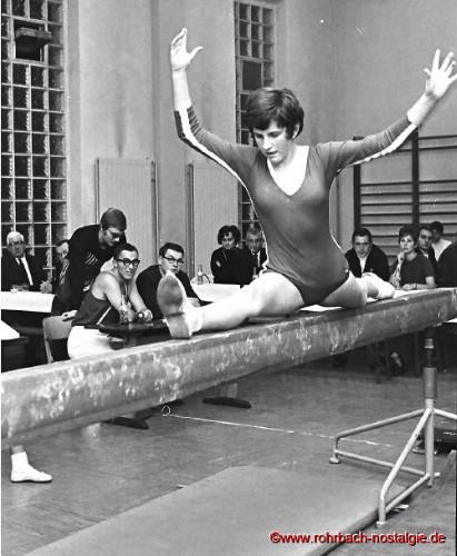 1969 Die Nachwuchsturnerin Stasi Zingraf bei einem Vergleichskampf gegen Grünstadt