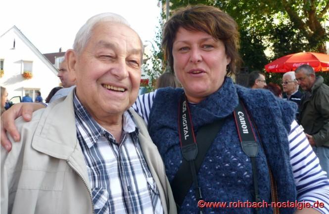 """2012 Beim """"Kerwesingen"""" des Männerchores. Albert Senzig und die Mitarbeiterin der Saarbrücker Zeitung Conny Jung"""
