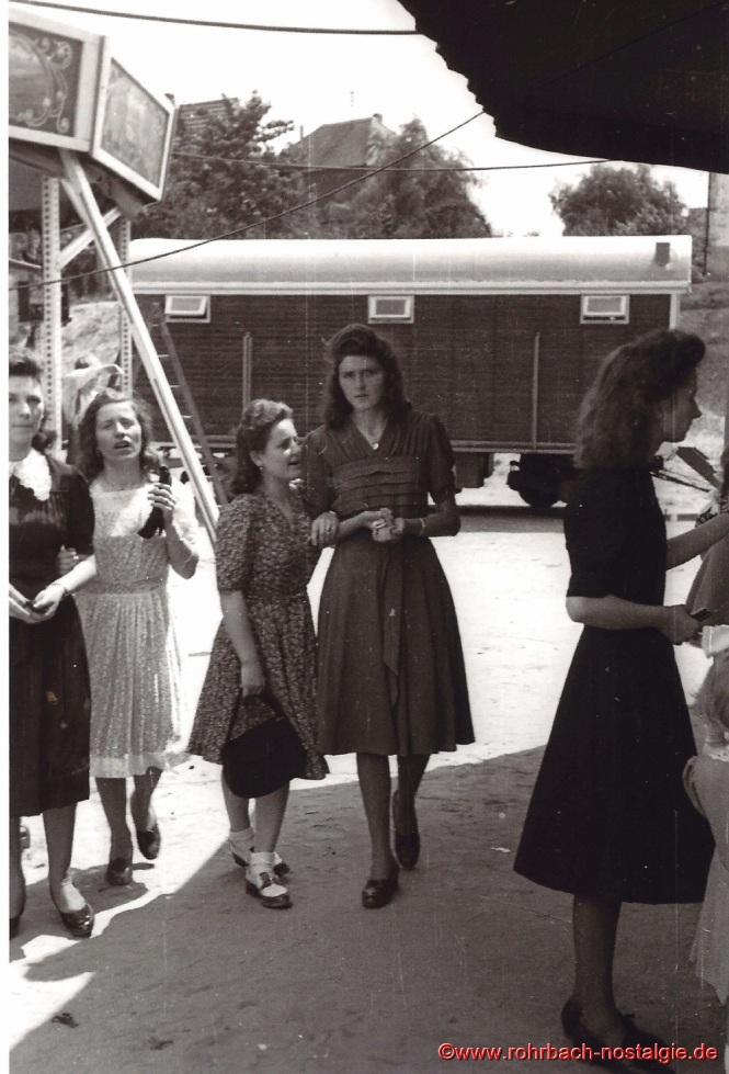 Anfang der 50er Jahre - Junge Frauen auf dem Kirmesplatz. Auf dem Foto von links: Mariechen Mack, Maria Michaeli, Hedwig Kessler, Edeltrud Marx und Edeltrud Koch