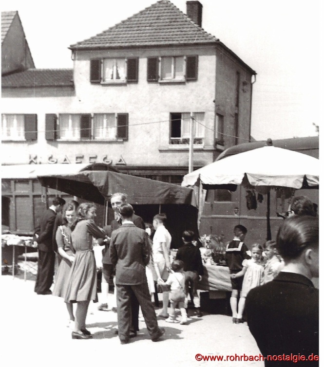 Anfang der 50er Jahre - Verkaufsstände auf dem Marktplatz vor dem Kaufhaus Karl Gaffga