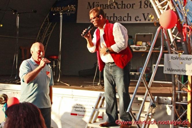 Erich Wagner (Caramba), eines der letzten Rohrbacher Originale, erfreut die Besucher des Kerwesingens alljährich mit Songs von Freddy Quinn