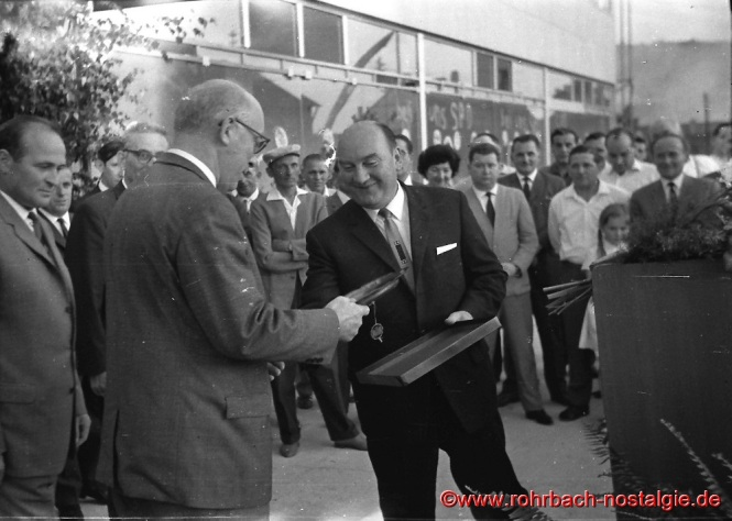 1965 Der rohrbacher Bürgermeister Walter Bettinger überreicht Fritz Erler den Rohrbacher Wappenteller.