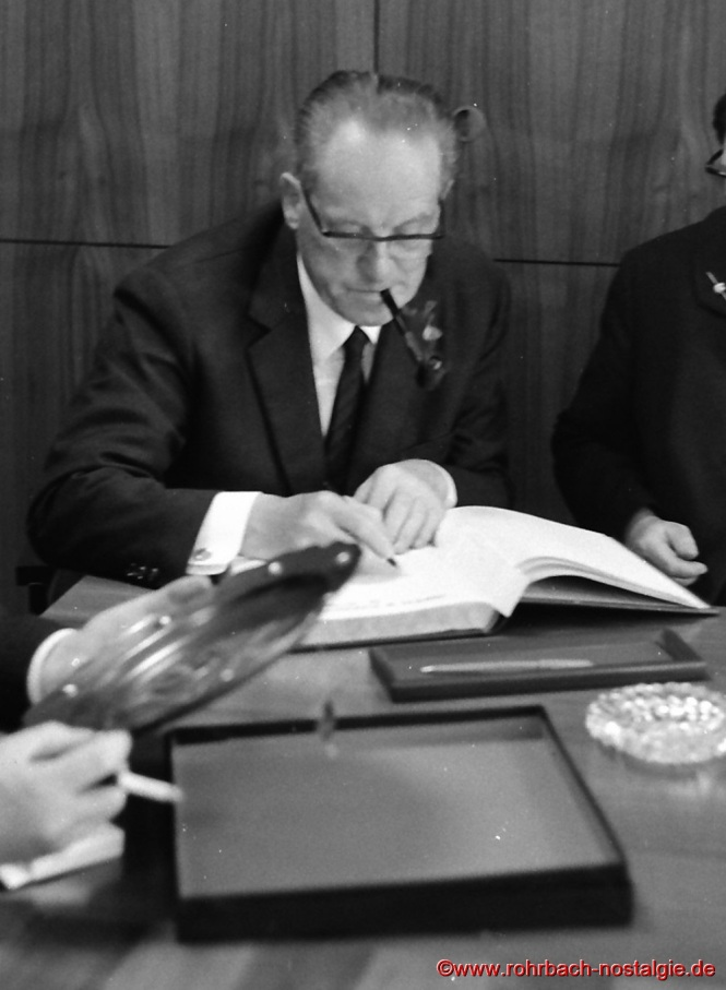 1967 Herbert Wehner trägt sich ins Goldene Buch der Gemeinde Rohrbach ein