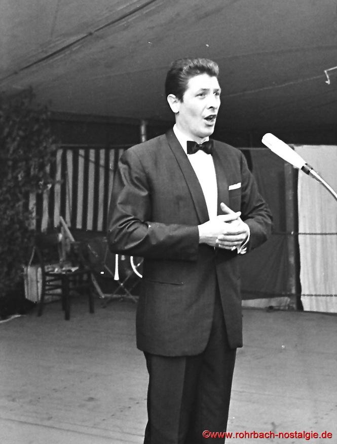 1969 Carl Kaufmann singt beim 2. Stampesfest des SV rohrbach anlässlich eines Bunten Abends. Der ausgebildete Tenor gewann 1960 bei den olympischen Spielen in Rom die silbermedaille über 400 m