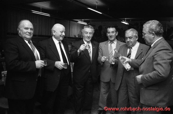 1985 Bei der Weihnachtsfeier des Pensionärvereins spendiert der saarländische Umweltminister Berthold Budell eine runde schnaps.