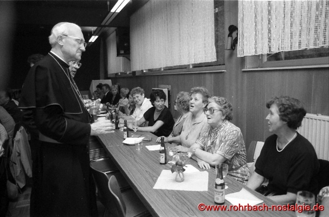 1986 Bischof Anton Schlembach unterhält sich mit Frauen des Rohrbacher Marienvereins