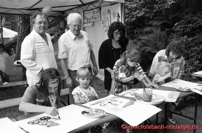 1994 Der saarländische Künstler Leo Erb beim Bergfest des Pfäzerwaldvereins auf dem Kahlenberg bei einem Kindermalwettbewerb