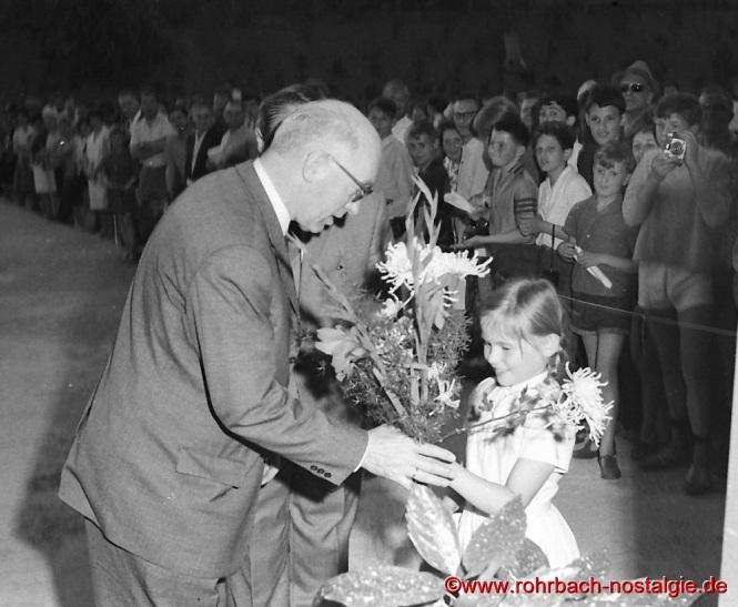 1965 Die kleine Jutta Robert-Jacob überreicht Fritz Erler einen Blumenstrauß