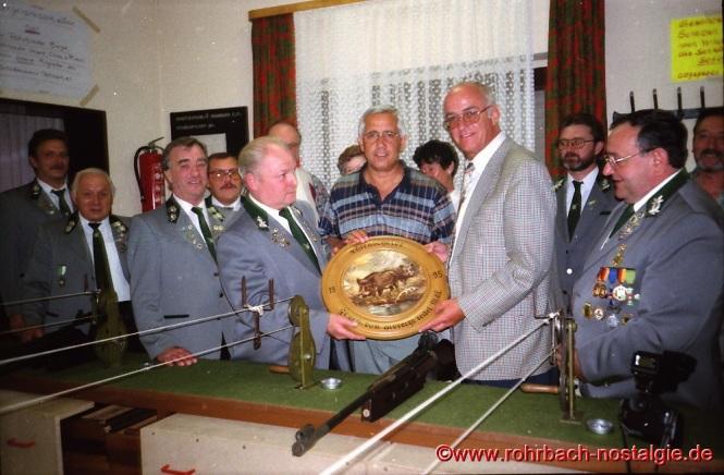 1995 Siegerehrung beim Bürgerpreisschießen des Schützenvereins durch den saarländischen Landtagsabgeordneten Albrecht Feibel.