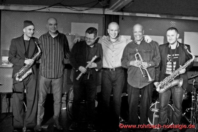 2015 Jazz in der Rohrbacher Mühle mit dem Piotr Wojtasik (3. von rechts) Quintett und dem bekannten polnischen Jazz-Professor Dr. Igor Pietraszewski (3. von links). Zweiter von rechts der weltbekannte Jazz-Schlagzeuger John Betsch