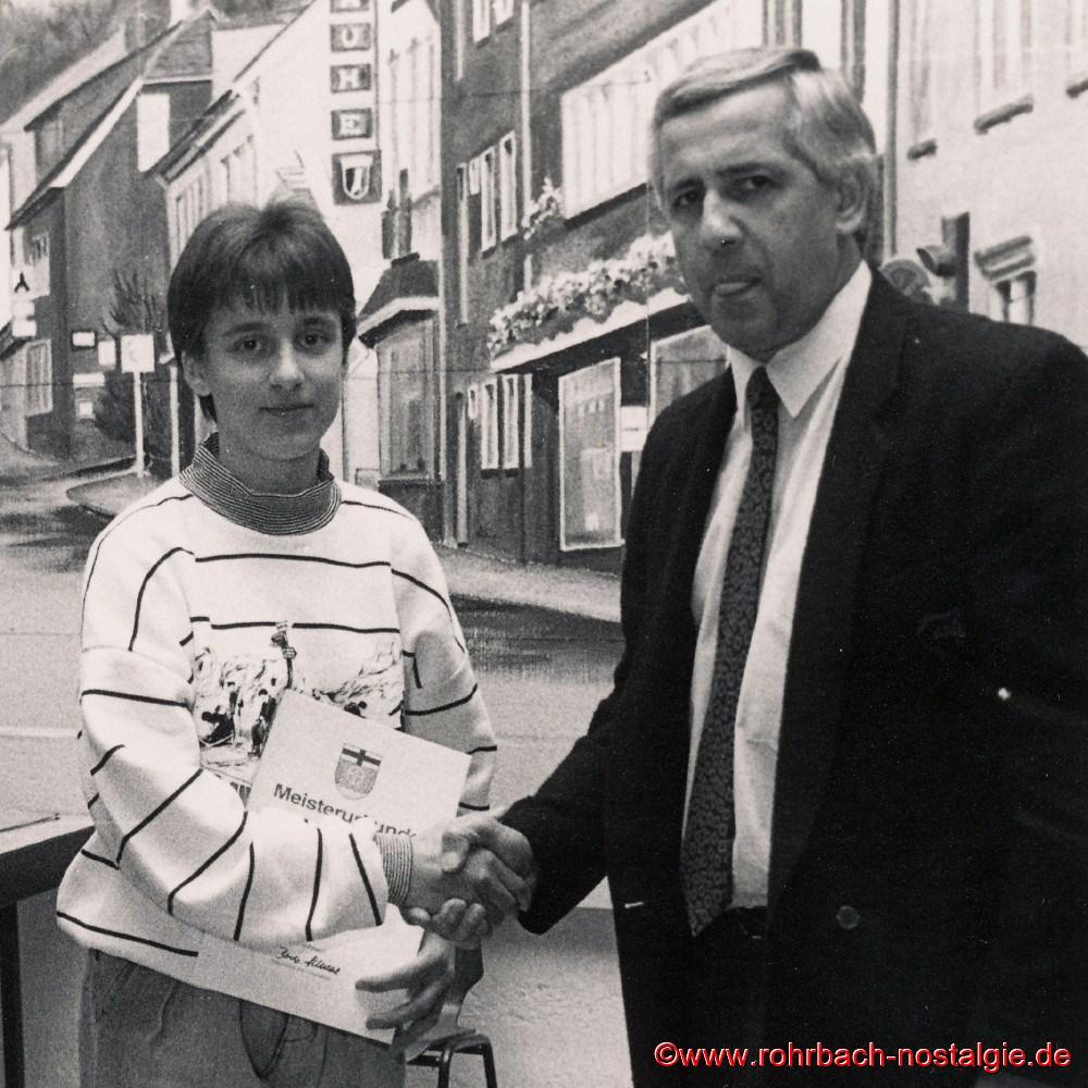 1989 Sandra Abel bei der Meisterehrung des Ortsverbandes für Leibesübungen in rohrbach durch den Rohrbacher Ortsvorsteher Bodo Schiehl