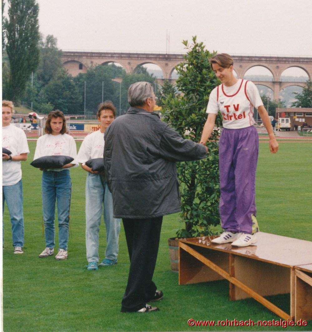 7. Juli 1990: Der Schülerwart des Deutschen Leichtathletiverbandes Peter Mohr gratuliert Sandra Abel zu Deutschen Meistertitel