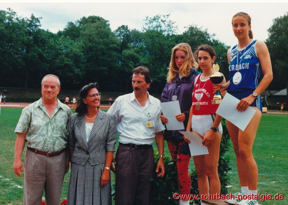 Mai 1993: Sandra abel gewinnt beim DJK-Bundessportfest in Bamberg den Meistertitel über 300 m. Links auf dem Foto der Vorsitzende der DJK Erbach Hermann Höchst