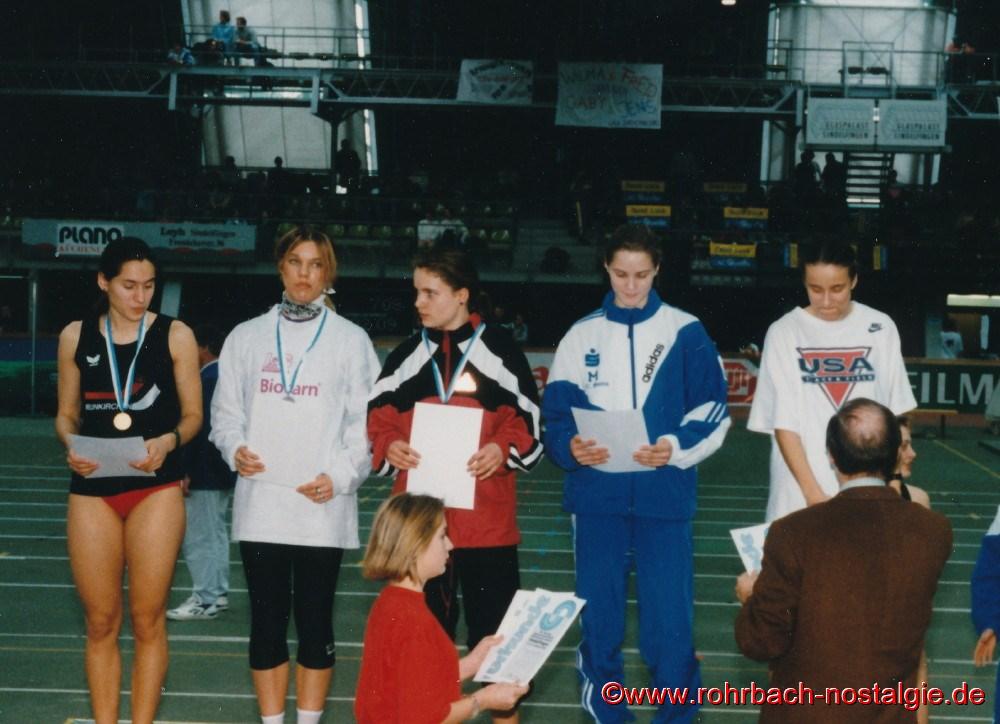 13. Februar 1994: Sandra Abel gewinnt bei den Dutschen Jugendhallenmeisterschaften im Glaspalast von Sindelfingen den 200 m B-Endlauf und wird insgesamt, hinter der siegreichen Shanta Ghosh Fünfte.