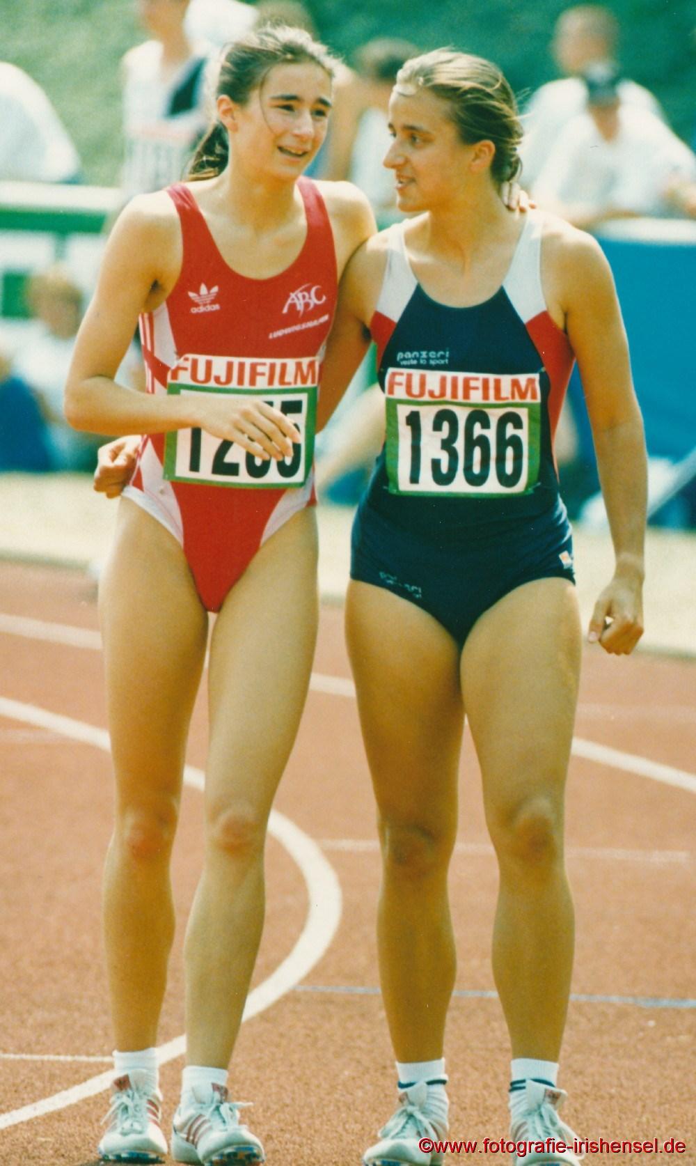 1995 Bei den Deutschen Jugendmeisterschaften in Rhede unterhält sich Sandra Abel nach ihrem Vorlauf über 200 m mit der späteren Deutschen Jugendmeisterin Silke Eichmann