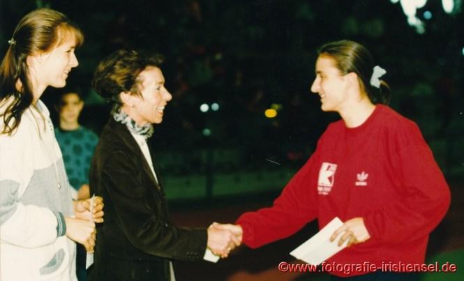 13. Januar 1996: Sandra Abel gewinnt den hessischen IBM-Sprintcup. Eine Vertreterin der Firma IBM überreicht den Siegerscheck. Links auf dem Foto die Deutsche Jugendmeisterin im 60 m Lauf Gabriele Becker