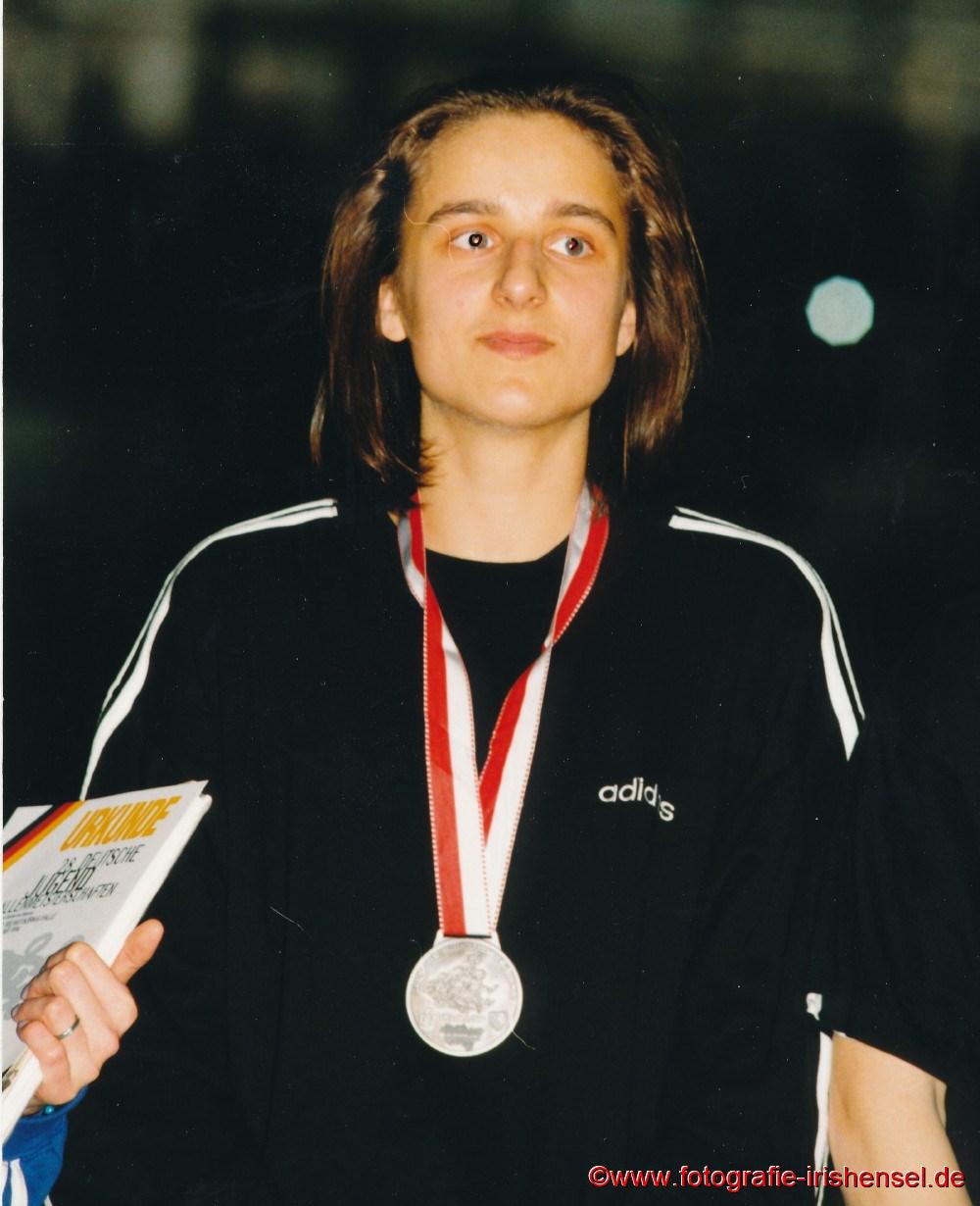 1996 Sandra Abel wird bei den Deutschen Hallen - Jugendmeisterschaften Vizemeisterin über 200 m in 24,31 sec.