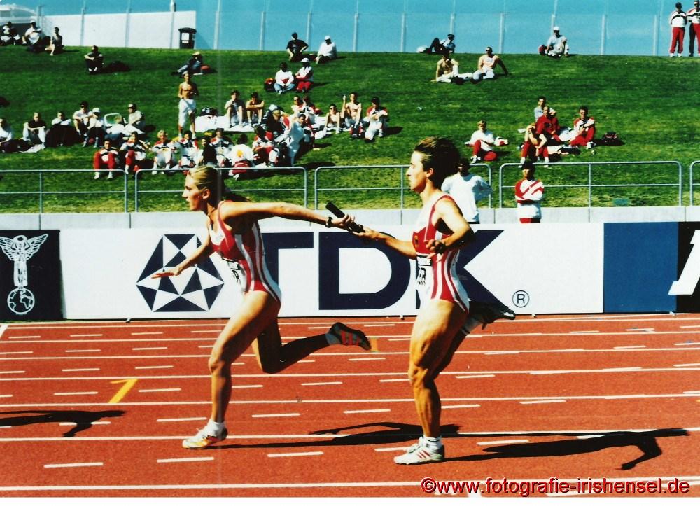 Startläuferin Sandra Abel (rechts) übergibt das Staffelstab an Esther Möller