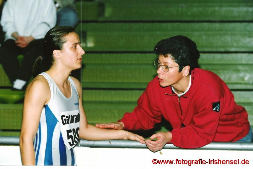 1996 Sandra erhält bei den Deutschen Hallen - Jugendmeisterschaften in Dortmund Tipps von ihrer Heimtrainerin Karin Becker