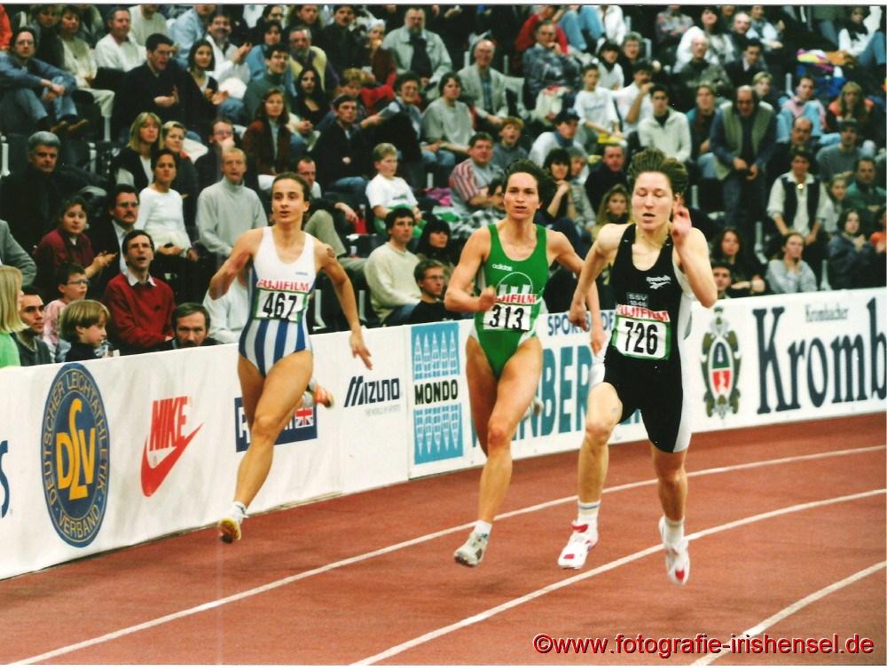 Am 25. Februar 1996 belegt die jugendliche Sandra Abel (links im Bild) im B-Endlauf bei den Deutschen Hallenmeisterschaften einen hervorragenden 7. Platz