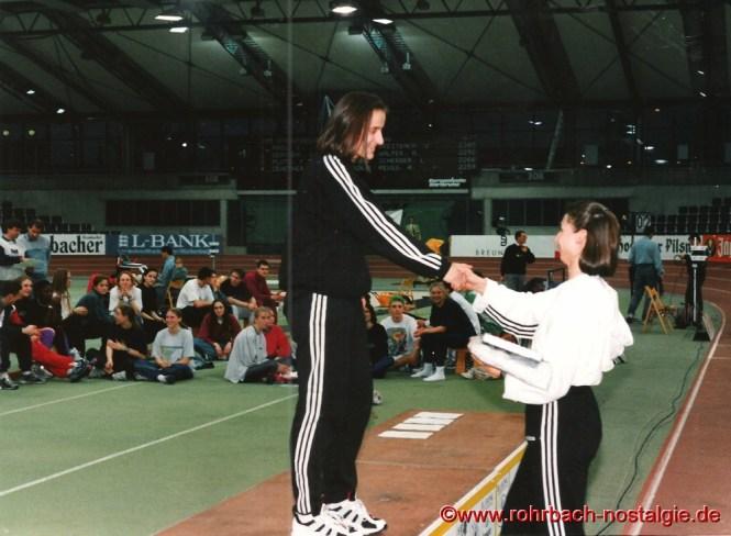 10.Februar 1996 Melanie Paschke, die schnellste Frau Deutschlands, gratuliert Sandra Abel zum Zweiten IBM - Sprintcupsieg