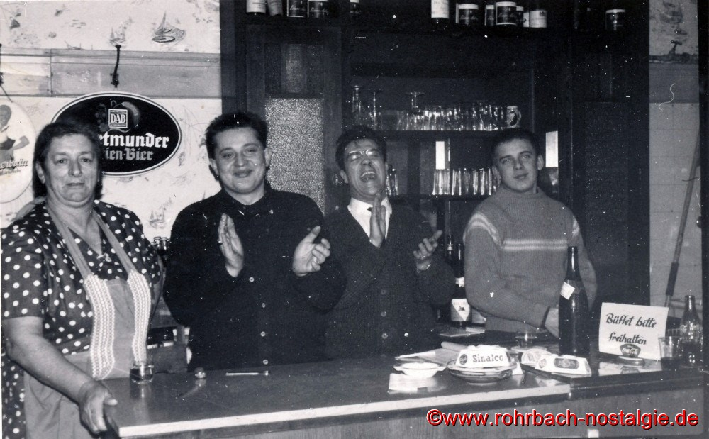 Hinter dem Tresen: anna engelbert (Knechts anna, Erwin Rohe, Theophil Dusemond und franz Deckarm (Persil's Franz)