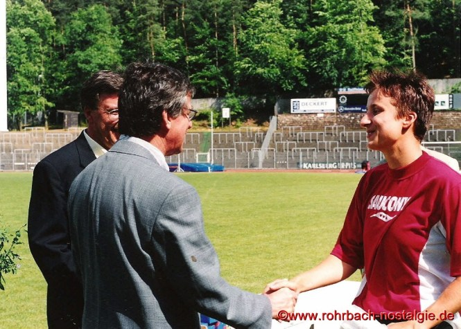 Juni 2000 Beim Pokal der Freundschaft im homburger Waldstadion gratuliert der neugewählte Präsident des Saarländischen Leichtathletikbundes Sandra Abel zum 100 m Ssieg