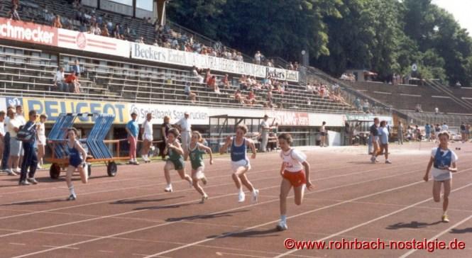 1988 Sandra Abel läuft im 50 m endlauf der saarländischen schülerbestenkämpfe im saarbrücker Ludwigsparkstadion vorneweg