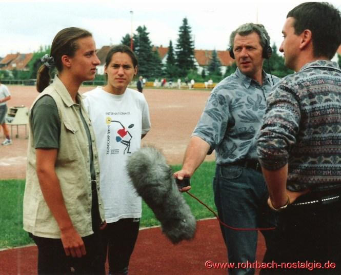 Juni 1995 Interview mit dem Sportreporter vom saarländischen Rundfunk Georg Gitzinger (rechts im Bild). Neben Sandra Abel steht Shanta Ghosh