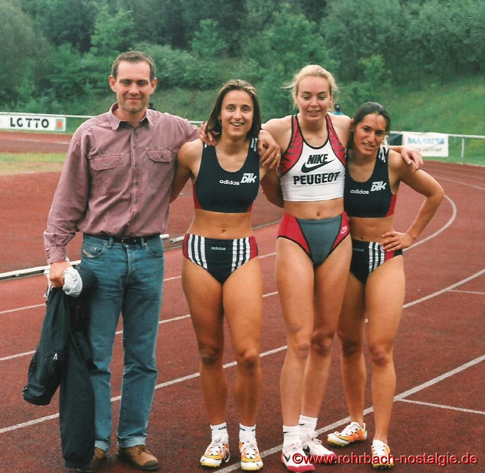 02. Juni 1996 Landestrainer Ulli Knapp mit seinen Schützlingen Sandra Abel, Stephanie Hort und Shanta Ghosh nach dem 100 m Endlauf in St. Wendel, den Shanta Ghosh vor Sandra Abel und Stephanie Hort gewinnt