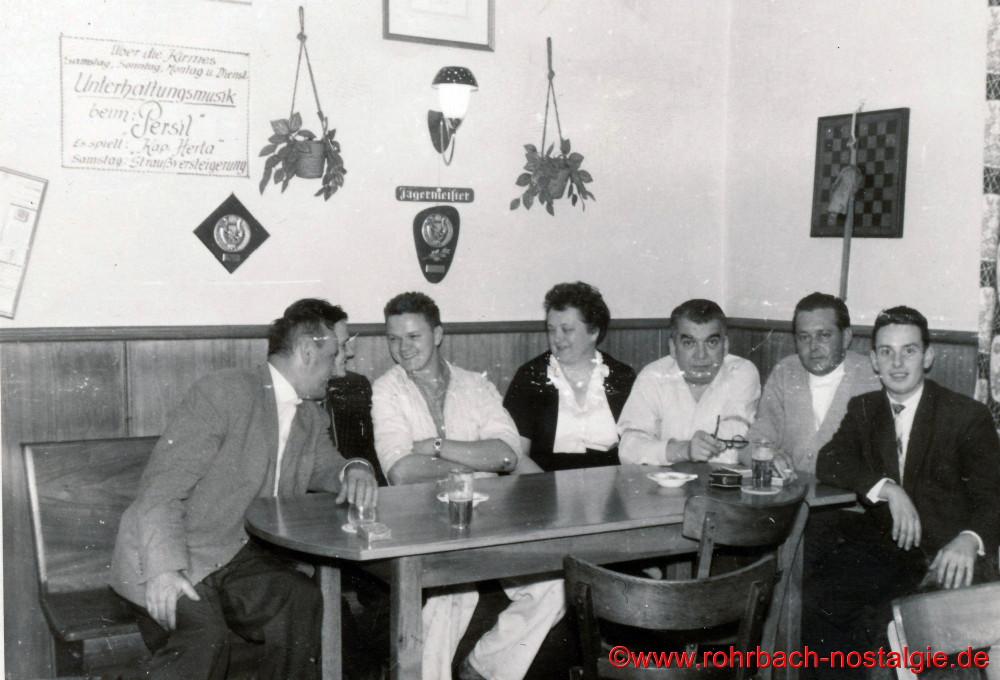 Am Stammtisch 3. von links Helmut Staut (Schersche), Marta Deckarm, Matthias Deckarm, Unbekannt und Karl-Heinz Mooreens