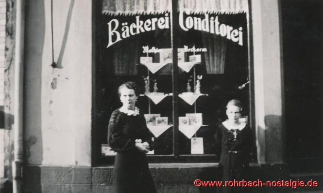 Um 1937 Marta Deckarm (links auf dem Foto) und Leonie Staut (verheiratet Dötterl) vor der Bäckerei Deckarm