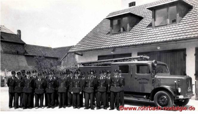"""1956 Die Freiwillige Feuerwehr Rohrbach vor ihrem neuen Domizil und ihrem Einsatzwagen , dem legendären """"Feurigen Elias"""""""