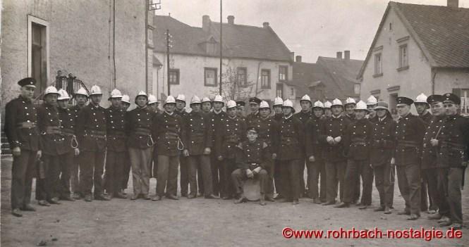 Um 1940 Die Freiwillige Feuerwehr im Hof der Wiesentalschule