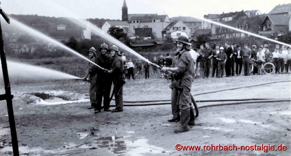 1963 Die neuen Schläuche werden getestet