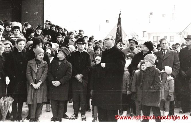 1963 Pfarrer Leo Köller wartet vor der St. Konradskirche mit Schulkindern auf die Ankunft der neuen Glocken