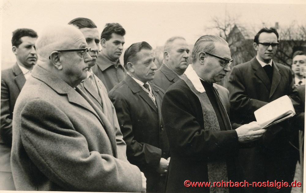 1964 Pfarrer Leo weiht das neue Italienerheim ein