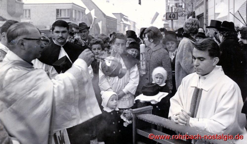 1964 im Februar: Neupriester Franz Joseph Becker wird von Pfarrer Leo Köller an seinem Elternhaus abgeholt